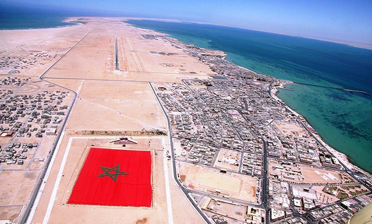 Un drapeau marocain de plus de 60.000 m2, a été certifié par Guinness, le plus grand du monde, samedi (08/05/2010), à Dakhla, en présence de Mme Tariqa Varana, juge de Guinness World Record